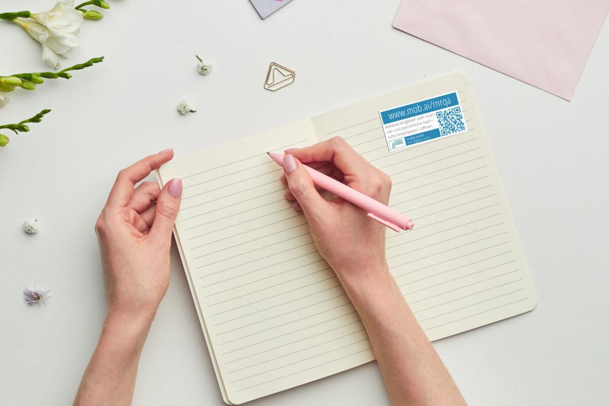 Mit QR-Code Aufklebern Notizen in Tagebüchern mit eigenen Fotos, Videos und mehr verbinden.